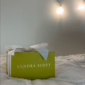 NWT Mother of Pearl Kendra Scott Elisa Pendant